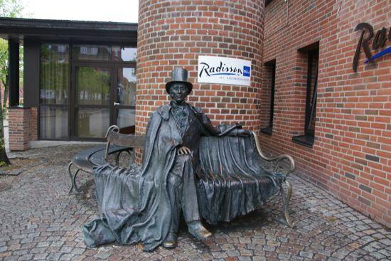 H.C.Andersen sidder foran hotel Radisson