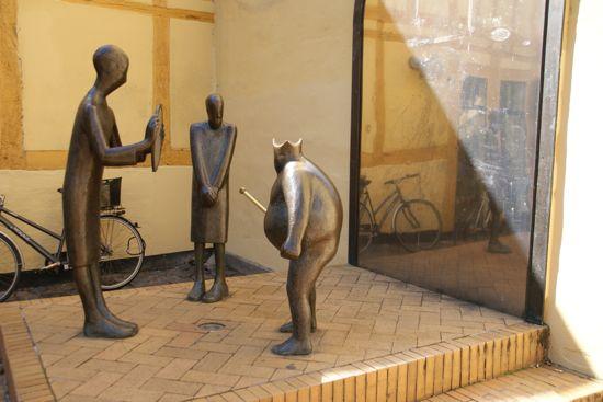 Skulptur fra Kejserens nye klæder i Odense