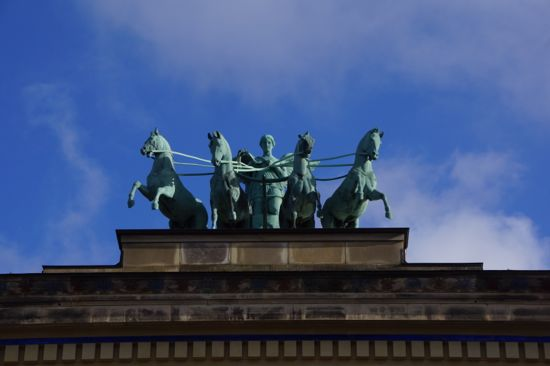 Bronzeskulptur af Victoria med firspand