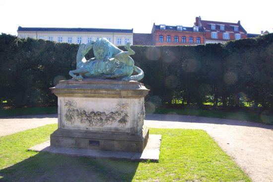 """Skulpturen """"Løven og Hesten"""""""